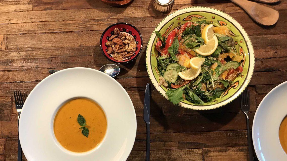 Zoete aardappel en tomaten soep + quinoa salade (recept)